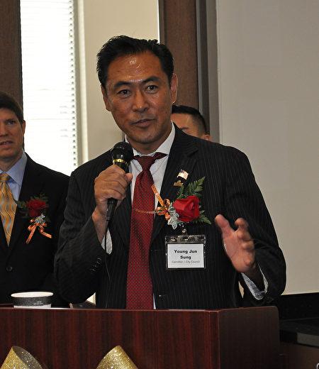 图:韩裔市议员Young Sung致辞欢迎。(乐原/大纪元)