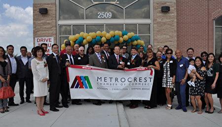 图:Metrocrest商会欢迎新会员剪彩。(乐原/大纪元)