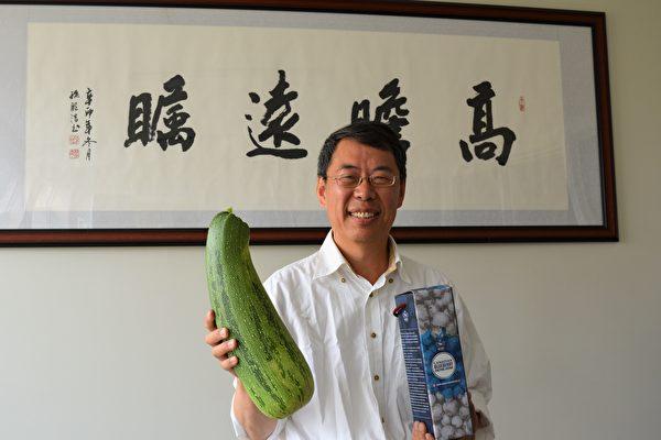 图:刘恩海正推出加拿大制造的Berry Legand蓝莓酵素。他种植的有机节瓜也是普通的两倍大。(邱晨/大纪元)