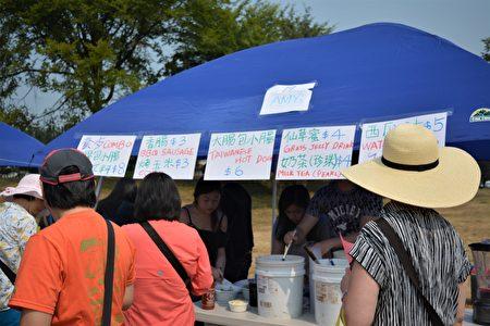 圖:大溫哥華台灣同鄉會舉辦台灣遊園會,地道台灣美食攤位。(邱晨/大紀元)