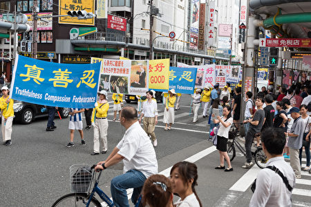 8月11日-13日,日本法轮功学员在日本关西地区、外国游客集中的京都、大阪及神户举行了三天大型反迫害游行及征签活动。(游沛然/大纪元)
