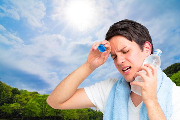 在夏日的高溫下,人們容易感到疲勞,這是因為身體必須額外工作才能維持正常體溫。(Fotolia)