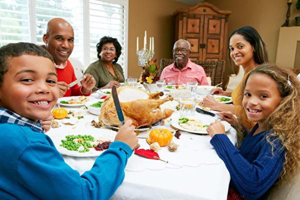 一家人聚在一起吃飯是各個民族都有的傳統。(fotolia)