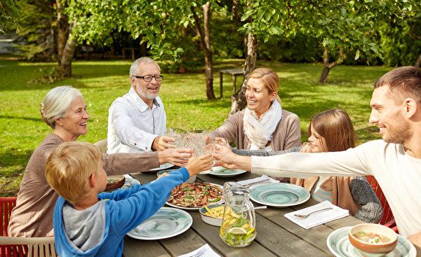 青少年参与有规律的家庭晚餐,会拥有更强的满足感并且更可能积极地和别人建立友谊。(fotolia)
