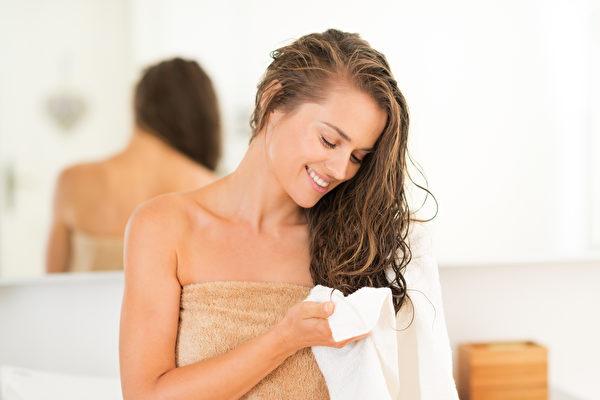 英國專家摩爾(Tim Moore)聲稱,讓濕頭髮自然風乾,比正確使用吹風機弄乾頭髮更傷害髮質。圖為一名女子在擦頭髮。(Fotolia)