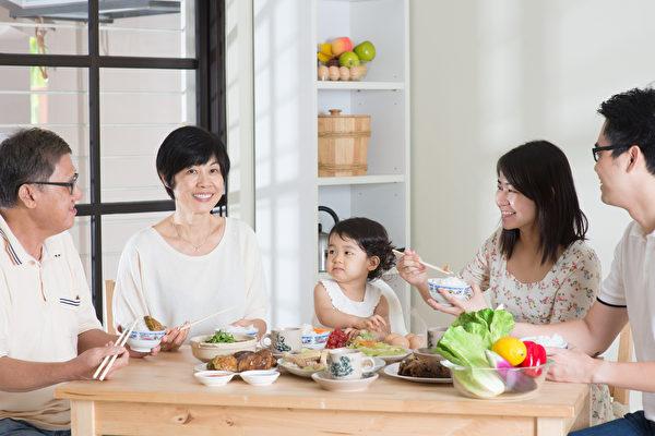 对于婴幼儿,家人聚餐会提高他们的语言技能,父母在饭桌上的对话,可以让孩子了解如何使用复杂的词汇,如何与人沟通。(fotolia)