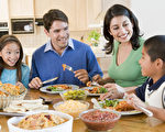 美国一项最新研究显示,全家人经常坐在一起共享晚餐,孩子在学校的表现更优秀,学习更专注,而且更善于社交。(fotolia)