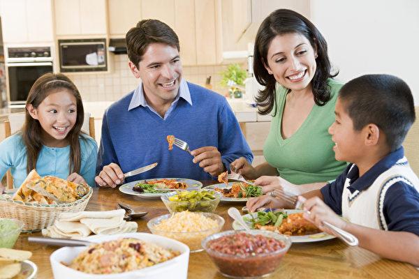 要孩子在学校表现得更好?从家庭聚餐开始