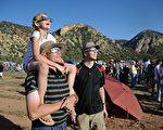 """最近""""日食眼镜""""成为抢手货。因为星期一,全日食将在38年内第一次穿过美国的48个州。(ROBYN BECK/AFP/GettyImages)"""