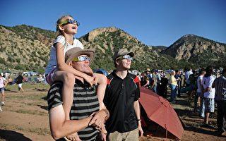 最近「日食眼鏡」成為搶手貨。因為星期一,全日食將在38年內第一次穿過美國的48個州。(ROBYN BECK/AFP/GettyImages)