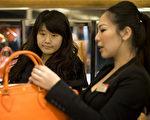英国时尚品牌博柏利(Burberry)在伦敦摄政大街上的旗舰店里,有70%的顾客是来自中国的游客。 位于骑士桥的一家高档百货商店为了方便中国游客,专门配有广东话和普通话的工作人员。(BEN STANSALL/AFP/Getty Images)
