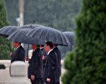 2013年10月習近平、王岐山在北京天安門撐傘前行。 (Feng Li/Getty Images)