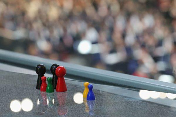 德國9月舉行聯邦大選,不同民調機構公布的選情預測差別甚大。圖為象徵性圖標:黑色代表聯盟黨、大紅是社民黨、小紅是左翼黨、綠色是綠黨、黃色是自民黨、藍色是選項黨。(Sean Gallup/Getty Images)