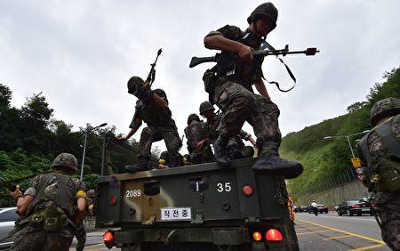 朝鲜独裁者人金正恩8日说要观察美国的动作,并未明确表示放弃向关岛射导弹的计划。下周一(21日)的美韩军演,将是检验金正恩决心的第一个关键点。图为美韩联合军演的情形。(JUNG YEON-JE/AFP/Getty Images)