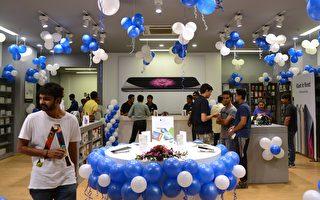 苹果公司正在和印度政府谈判,要求其给予苹果供应商免税措施,如果印度同意,苹果手机生产基地将进驻印度。(SAM PANTHAKY/AFP/Getty Images)