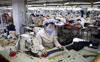 路透社引述丹東的貿易商和企業說,中國紡織品公司越來越多的僱傭朝鮮工廠生產衣服,以利用邊境另一邊便宜的勞工。這些在朝鮮生產的衣服被貼上中國製造的標籤,並出口到全世界。  (Kim Hong-Ji/AFP/Getty Images)