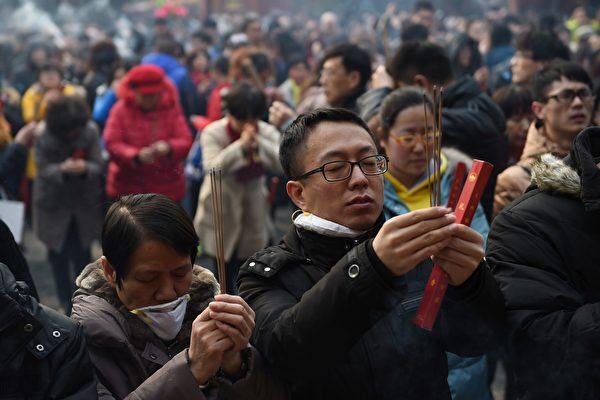 2007年由中国零点调查咨询公司发布的《中国人精神生活调查》指出:85%的中国人有宗教信仰,或者从事着类似宗教的活动。 (GREG BAKER/AFP/Getty Images)