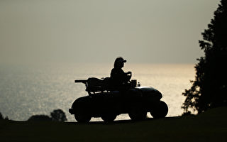 开高尔夫球车也算驾驶车辆吗?星期天晚上警方皮尔区就给这样一名密西沙加男士开了罚单。按照刑法,高尔夫球车也算机动车,酒醉驾驶的惩罚是一样的。图为一部高尔夫球车在行驶。(Photo by Atsushi Tomura/Getty Images)