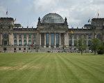 柏林的德國國會大樓是當地的著名景點,2名中國遊客在大樓外做出納粹敬禮姿勢而被捕。(Sean Gallup/Getty Images)