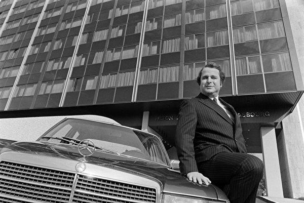 賓士汽車很久以來被認為是身分的象徵。圖為法國作家Paul-Loup Sulitzer坐在賓士汽車上留影。(MARCEL MOCHET/AFP/Getty Images)