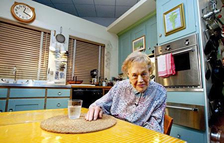 2002年,茱莉亚·柴尔德(Julia Child)在美国国家历史博物馆庆祝90岁生日。她把自己曾经工作的厨房捐赠给了该博物馆。(TIM SLOAN/AFP/Getty)Images)