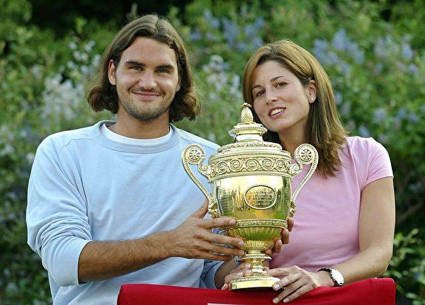 费德勒和米尔卡在英国温布顿网球公开赛上。 (Photo by Bongarts/Getty Images)