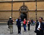 游客参观牛津大学的波德莱图书馆。(Carl Court/Getty Images)
