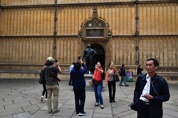 遊客參觀牛津大學的波德萊圖書館。(Carl Court/Getty Images)