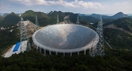 北京當局去年9月宣布號稱全球最大的望遠鏡已竣工並投入使用,然而到目前為止還未運行,因為即使北京幾個月前開出百萬美元優渥年薪向全球徵才,卻乏人問津。(STR/AFP/Getty Images)