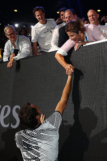 费德勒与米尔卡在赛场上甜蜜的互动。(Clive Brunskill/Getty Images)