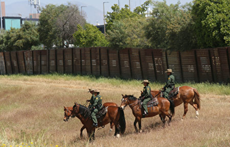 """今年4月21日,美国国土安全部部长凯利和司法部长塞申斯在边境巡防员的陪同下骑马参观美墨边境小城Otay Mesa。川普当局决定在这里开始兴建边境""""长城""""。(Sandy Huffaker/Getty Images)"""