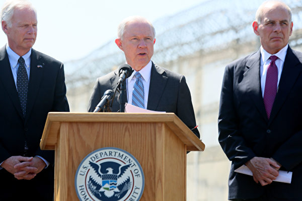 司法部长塞申斯(中)将于本周公布严厉打击泄密的事宜,他将与白宫新任幕僚长凯利(左)将军共同处理泄密问题。(Photo by Sandy Huffaker/Getty Images)