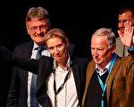 德國選項黨是本屆大選中異軍突起的政黨,其特徵是反歐元、反歐盟、反難民。目前其民調為9%。圖為選項黨兩位候選人:Alice Weidel(左)和Alexander Gauland。(ODD ANDERSEN/AFP/Getty Images)