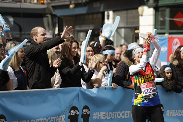 2017年4月23日,英国威廉王子与凯特王妃与参加伦敦马拉松赛的民众合影。(Matt Dunham - WPA Pool/Getty Images)