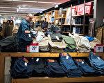 在免税周期间,符合条件且单价不超过100美元的衣服和鞋子,无论数量多少,都可以享受免交6%的州税优惠。(Drew Angerer/Getty Images)