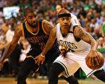 8月22日,NBA騎士隊的歐文(左)與凱爾特人隊的以賽亞.托馬斯(右)在一筆大交易中互換東家。圖為今年5月17日,兩人在NBA東部決賽中。 ( Elsa/Getty Images)