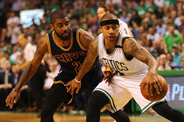 8月22日,NBA骑士队的欧文(左)与凯尔特人队的以赛亚.托马斯(右)在一笔大交易中互换东家。图为今年5月17日,两人在NBA东部决赛中。 ( Elsa/Getty Images)
