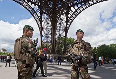 「哨兵行動」士兵在巴黎鐵塔對面的人權廣場上巡邏。(MICHEL EULER/AFP/Getty Images)