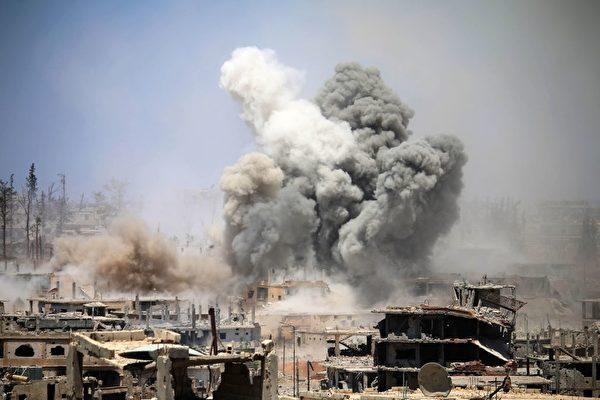 今年5月,反抗军的据点仍遭到阿萨德政军的轰炸。(MOHAMAD ABAZEED/AFP/Getty Images)
