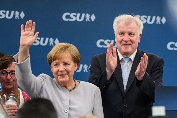 大選當前,基民盟和基社盟拋開矛盾,給外界團結一致的印象。圖為默克爾參加基社盟的代表大會,她身旁是基社盟主席西霍夫。 (MATTHIAS BALK/AFP/Getty Images)