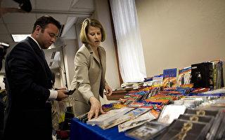 美國貿易代表展示的中國製造的盜版產品。(MANDEL NGAN/AFP/Getty Images)