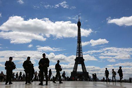 「哨兵行動」士兵在巴黎鐵塔對面的人權廣場上巡邏。 ( LUDOVIC MARIN/AFP/Getty Images)