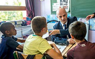 法国学校下周就开学了,教育部长Jean-Michel Blanquer8月29日(周二)召开记者,公布了新政府五年任期内的第一个新学年教育改革重点。图为教育部长视察学校。(PHILIPPE HUGUEN/AFP/Getty Images)
