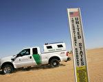 在亚利桑那州的美墨边境线上,美方矗立的一块即将在此修建边境围栏的标牌。  (David McNew/Getty Images)