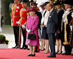 英国女王无论出现在哪里,左手臂上都会挎著一个手提包。( Matt Dunham - WPA Pool/Getty Images)