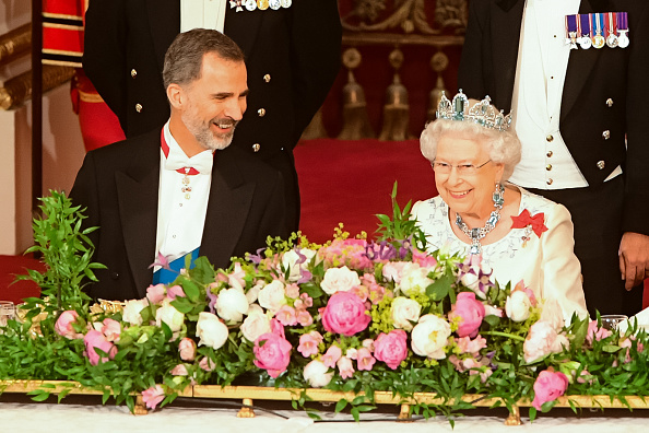 LONDON, ENGLAND - JULY 12: Britain's Queen Elizabeth II, and King Felipe VI of Spain attend a State Banquet at Buckingham Palace on July 12, 2017 in London, England. This is the first state visit by the current King Felipe and Queen Letizia, the last being in 1986 with King Juan Carlos and Queen Sofia. (Photo by Dominic Lipinski - WPA Pool/Getty Images)