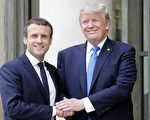 7月13日,美国总统川普(右)在巴黎爱丽舍总统府前,与法国总统马克龙在会面前握手合影。(Thierry Chesnot/Getty Images)