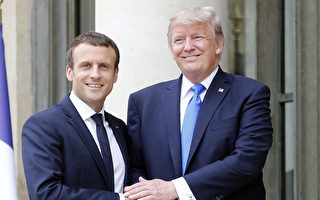 7月13日,美國總統川普(右)在巴黎愛麗舍總統府前,與法國總統馬克龍在會面前握手合影。(Thierry Chesnot/Getty Images)