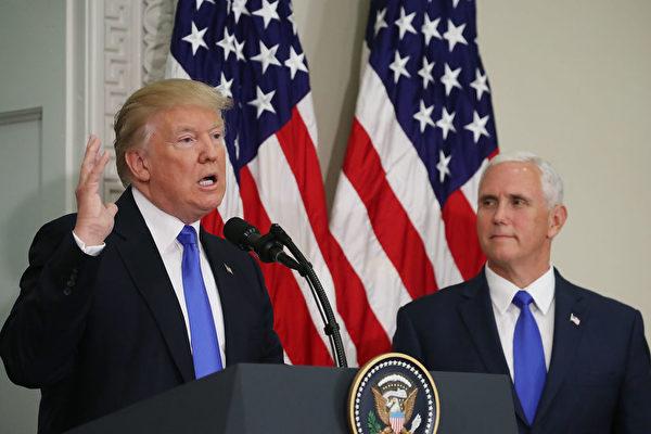 美国总统川普与副总统彭斯(右)。彭斯6日否认自己将竞逐下届总统一职(Mark Wilson/Getty Images)