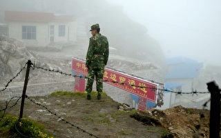 中共说印度从喜马拉雅山边境争议地区撤出,结束了持续数周的紧张对峙。图为中印边境某处关卡。( DIPTENDU DUTTA/AFP/Getty Images)